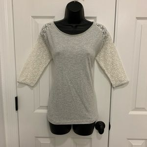 3/4 length gap top with lace detail sleeves